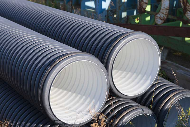 Nous vendons plusieurs types de tuyaux comme des tuyaux de plastique, des tuyaux galvanisés et aluminisés, des tuyaux galvanisés et aluminisés, des tuyaux de béton, des ponceaux de ferme et des réservoirs de métal.